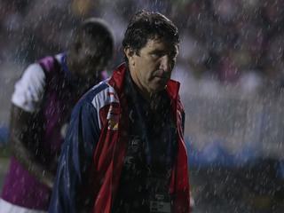 Aficionados del Olimpia le tiraron botellas a Héctor Vargas