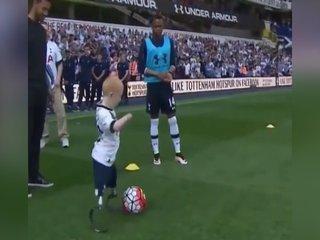 ¡Niño discapacitado juega con el Tottenham!