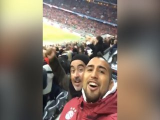 ¡Como un aficionado más! Así celebró Arturo Vidal la goleada del Bayern por la Champions