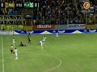La chistosa caída del árbitro Miguel Torres en el Real España-Platense