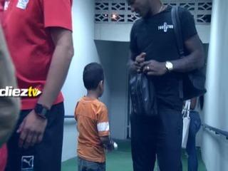 Romell Quioto sorprendió a un niño con un detalle en los camerinos