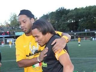 Rambo de León se luce con golazo ante Ronaldinho