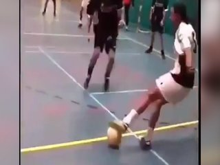 Lo verás una y otra vez... jugador de futsal humilla a su rival con increíbles regates