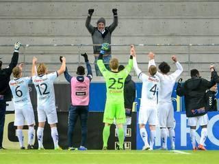 Equipo en Suecia celebra triunfo con el único aficionado que llegó a verlos