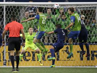El increíble gol que falló el panameño Román Torres y casi termina en accidente