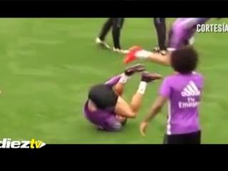 La reacción de Cristiano Ronaldo tras el pisotón que le dio Keylor Navas en el entrenamiento.