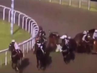 Fuerte accidente en las carreras de caballos en Reino Unido