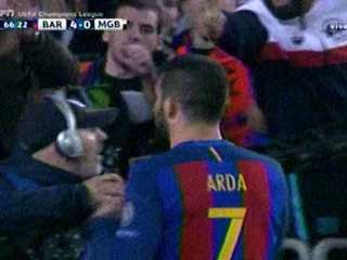 Arda Turan anota el 4 - 0 del Barcelona ante el Mönchengladbach