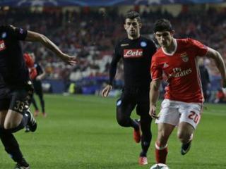 Napoli ganó 2 - 1 al Benfica en Portugal y quedó líder de grupo