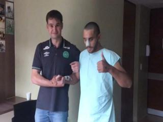 Futbolista del Chapecoense que sobrevivió a la tragedia ya camina