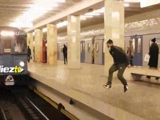 #Viral joven realizó un increíble salto frente a un tren en movimiento