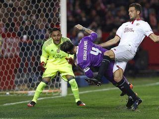 El autogol y la cara de decepción de Sergio Ramos ante el Sevilla