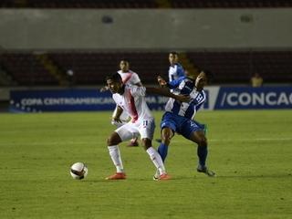 ¡Golazo de Costa Rica! Calvo saca un remate cruzado e iguala el juego al minuto 59. Honduras 1-1 Costa Rica.