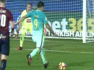 Minuto 68: ¡GOOOL DEL BARCELONA! El uruguayo Luis Suárez pone el 3-0 sobre el Eibar. El equipoca catalán se está dando un paseo en Ipurúa.