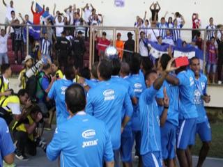 La selección de Honduras celebró con los aficionados que asistieron al Rommel Fernández