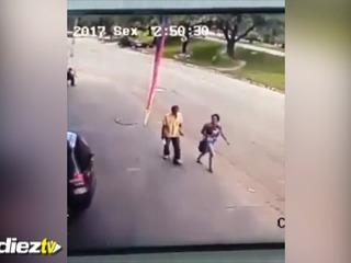 Rueda impacta terriblemente en la cabeza de un hombre y lo deja inconsciente