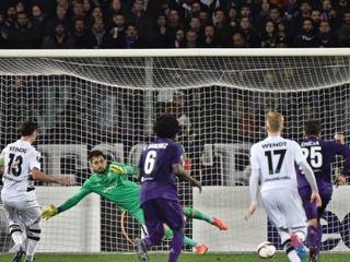 El planchón del defensor del  Mönchengladbach que acabó con el segundo gol de la Fiorentina