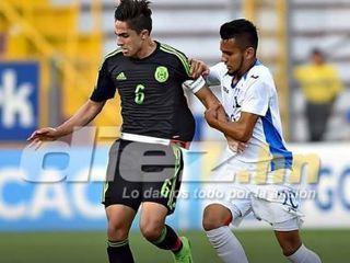 Ronaldo Cisneros marca el 1-0 que tiene ganando a México contra Honduras en el Pre-Mundial 2017