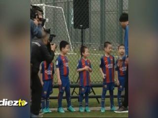 La curiosa reacción de los alevines del Barcelona tras estrechar la mano de Ronaldinho