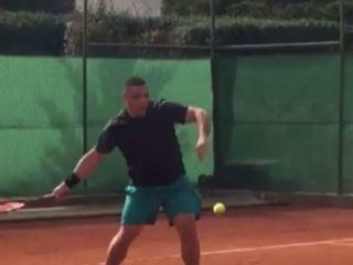 El legendario delantero Ronaldo, muestra que también es bueno practicando tenis