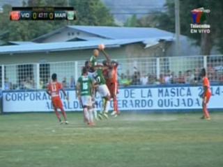 Jugadores del Marathón reclaman penal por una mano clara de Osman Chávez