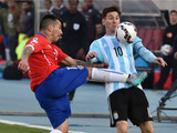 La patada de Gary Medel a Messi en el estómago