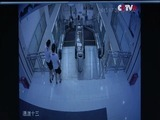 Nuevo video de mujer que murió en las escaleras
