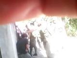 Captan a soldados propinando golpiza a dos menores de edad