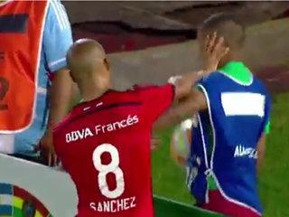 Expulsan a jugador de River Plate por bofetada a un recogepelotas