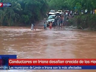 Conductores desafían crecidas de río en Colón