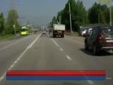 Dramático momento en que un conductor esquiva las ruedas de un camión