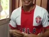Futbolista hondureño demuestra sus dotes para hacer baleadas