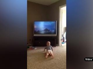 Mira como este bebe imita a Rocky Balboa viendo su pelicula
