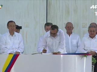 Santos y Timochenko sellan acuerdo de paz