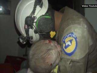 Rescatista llora al salvar a una bebé de 30 días tras un bombardeo en Siria