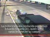 Motociclista colisiona contra un pick up estacionado en La Ceiba