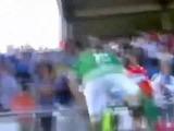 Futbolista pierde la cabeza y salta a golpear a aficionado