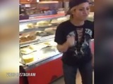 ¡Shakira baila en tienda de heladeria!