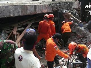 Alrededor de 100 muertos en Indonesia por sismo