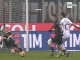 Jugador del AC Milan pisa la cabeza de Joe Hart