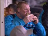 El arquero excedido de peso se comió un sandwich en pleno partido