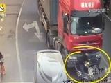 Un hombre escapa de morir aplastado por un camión en China