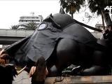 Boteros con máscaras de gas denuncian contaminación en Medellín