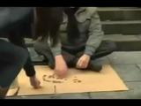 Mujer cambia el letrero de un ciego vagabundo y lo que provoca en la gente es increíble