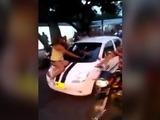 Mujer captura a su marido con la amante y le arma tremendo relajo
