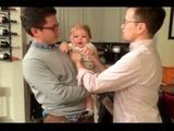 Bebé se confunde al ver al gemelo de su papa y no sabe por quien decidirse