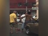 Hombres golpean a vigilante porque éste les cobró estacionamiento