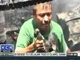 Un hombre se atreve a comer a un  perro calcinado en incendio