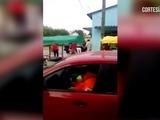 Mujer propina tremenda golpiza a supuesto ladrón en vía pública