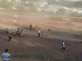 Espectador pierde la vida tras ser arrollado por motocicleta